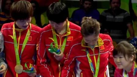 中国女乒获得金牌, 颁奖的时候把团宠福原爱扯上来合照, 偷偷说悄悄话