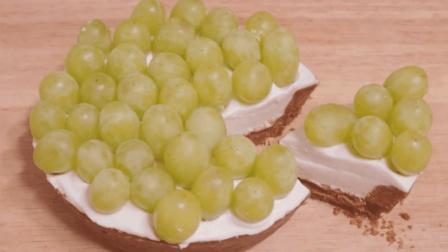 饼干和鸡蛋加上微波炉就能做出葡萄水果蛋糕, 简单三步轻松学会