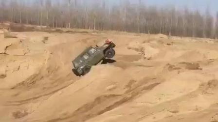 国产北汽勇士沙漠越野, 过一个沙丘直接飞起来!