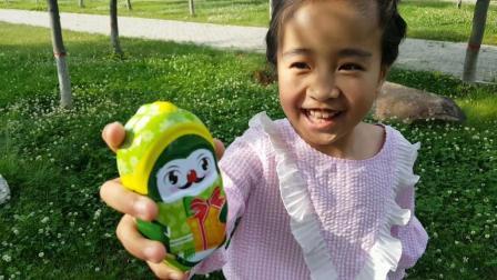 野外草丛里寻找奇趣蛋花园宝宝哆啦A梦