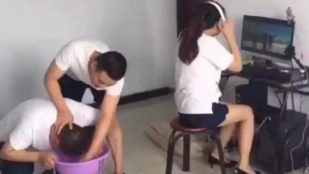观后感: 这女孩一屁股坐这男孩头上了! 哈哈哈
