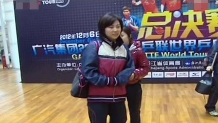 福原爱看到记者连忙躲到教练后面, 看到右臂才知道原因