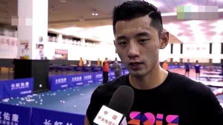 张继科训练结束后, 教练用抹布擦地上的汗水, 这就是中国乒乓