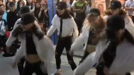 某店门口性感美女表演街舞