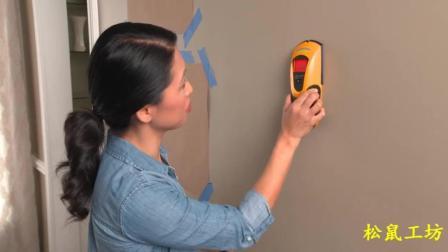 外国女人设计与安装墙壁画步骤
