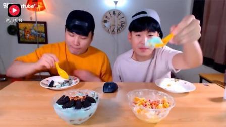 韩国吃播: 豪放派大胃王donkey兄弟吃2大份巧克力雪糕和香橙雪糕, 还有新鲜果肉