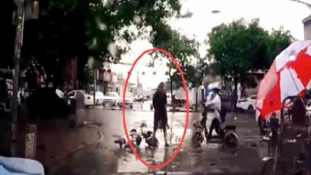 女大学生骑电车被撞倒, 逆天一字马一看就是练家子!