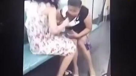 实拍地铁俩女打架互撕衣服! 这素质也是没谁了