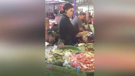 泰国变性人妖娆卖小吃成网红 月入3万