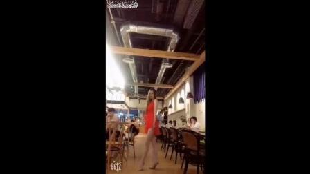 红衣美腿 美女在餐饮店当众秀美腿 美胸