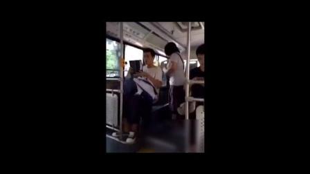 公交车上两个中学生在做羞羞事, 太开放了