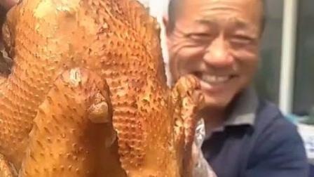 六爷又来凑热闹了, 大烤鸡, 玉米面大饼, 再配上大葱, 最美味不过如此!