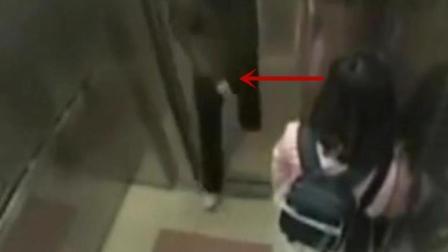 口罩男扒开电梯门的时候, 粉衣妹子的内心是绝望的!
