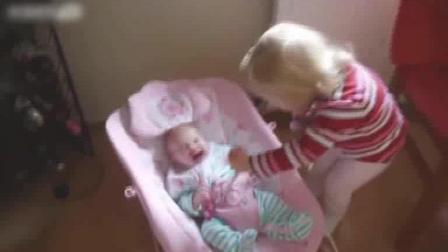 小萝莉把小宝宝当芭比娃娃照顾, 好有趣!