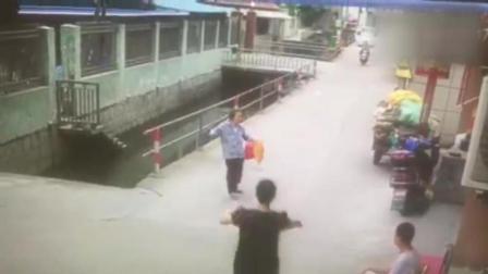 满满正能量! 老人摔倒掉落水中, 男子毫不犹豫跳下相救