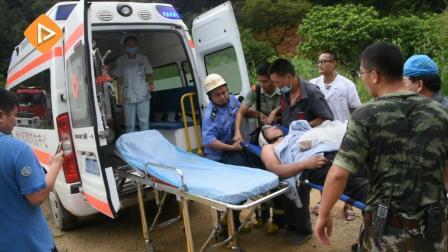 新会一老人上山采药被马蜂围攻困在半山陡坡 消防员采用绳索紧急救援!