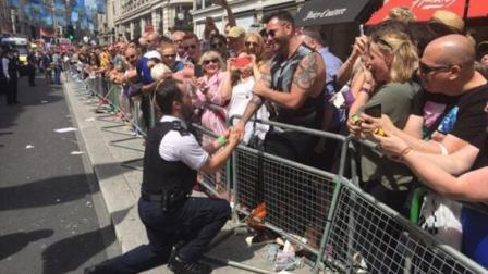 英同性恋男警当众求婚 受尽唾骂愿从未发生