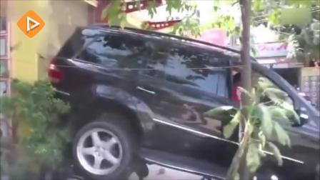 女司机奇葩倒车撞墙进饭店犹如开坦克 不好笑你来找我!