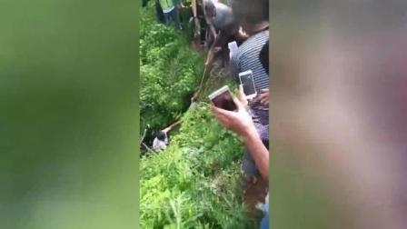 社会热点爆料 2017 7月 贵州纳雍县警民合作 将人贩子藏匿在山上一个深沟中的孩子解救