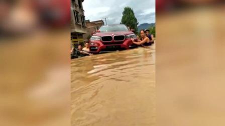 洪水来袭, 美女找来10名壮汉抬宝马车