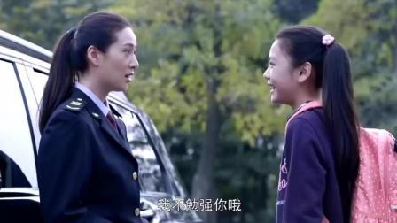 首长11岁的女儿放学, 美女警察开豪车接她回家, 简直大牌!
