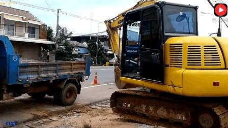 卡车有点小, 看看挖掘机如何上车的