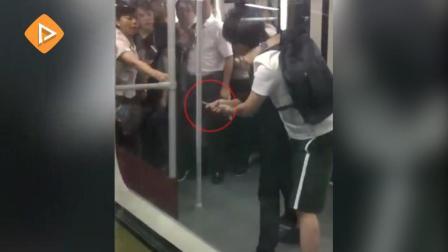 广州地铁男子持刀扭打 美女站务员空手夺刀;因业绩不达标两男子当众跪地爬行