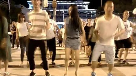 广场舞女神燕姐 就是这个范 小花短裤好亮眼