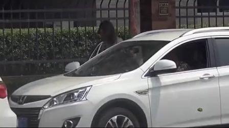 小伙测试大学门口车顶放水瓶有美女上车, 原因却让人泪奔!
