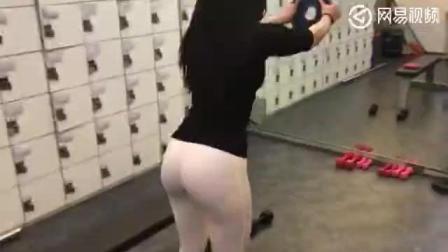 健身房里穿白色紧身裤的美女, 沟都勒出来了