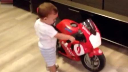 两岁的宝宝得到一辆摩托车当生日礼物, 咬着奶嘴就迫不及待的骑上了摩托车