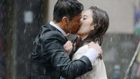《露水红颜》王学兵刘亦菲雨中上演醉人激吻