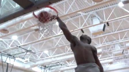 橄榄球运动员偷闲去打篮球, 这身肌肉怪不得身体差才去NBA