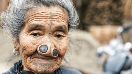 印度女人为防止被劫色, 进行人体改造将鼻子钉上木塞!