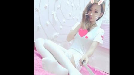 纯洁的白丝袜配上性感的护士制服, 这样的妹子是上天的恩赐吧