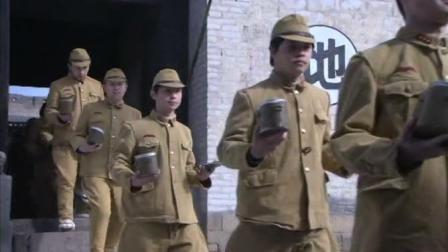 八路军趁鬼子吃饭时突袭, 日军士兵拿饭盒没反应过来就被打死