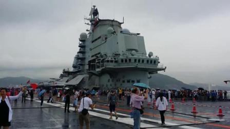 太壮观了! 辽宁舰航母停靠香港, 引众多香港民众登舰参观, 祖国万岁!
