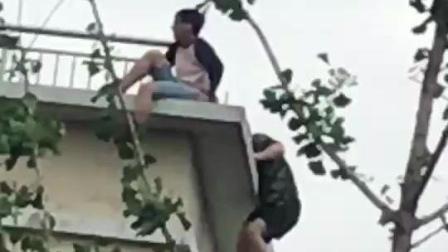 嘉兴一年轻男子跳楼 警察从后方突袭营救