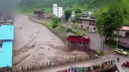 昌都江达县遭强降雨 五层居民楼被洪水冲垮倒入江中