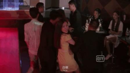 女朋友在酒吧被欺负, 男友以一敌五, 暴打对方替