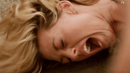 三分钟看恐怖片《沙子怪物》, 情侣海滩度假狂欢, 场面太嗨吓坏金毛妹!