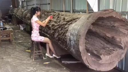 中国旗袍美女的雕刻技艺在万年金丝楠木上体现的栩栩如生