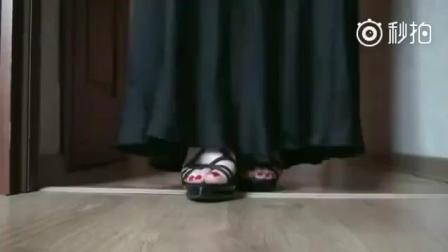 红色脚指甲搭配黑色凉高跟鞋, 典型红配黑, 教你如何走出女神范!