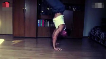 外国朋友每天在家中必做的的健身训练, 涨见识了