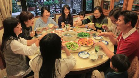 四兄妹辞职回乡陪父母,全家14口人每天同吃同住