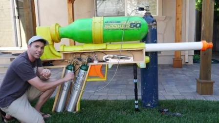 牛人发明一水枪 威力是普通水枪60倍 还可切西瓜