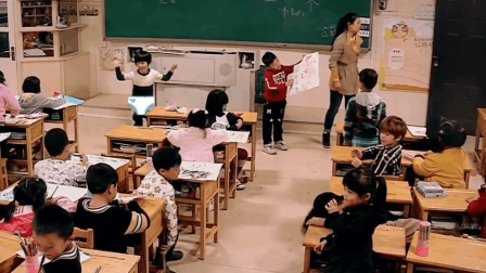 一年级小学生打闹玩耍, 竟还公然在课堂上脱裤子, 没意识到事情的严重性