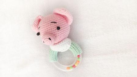 【小脚丫】小猪摇铃(2)毛线钩法毛线玩具的钩法小猪摇铃宝宝摇铃学钩玩偶织法和图解