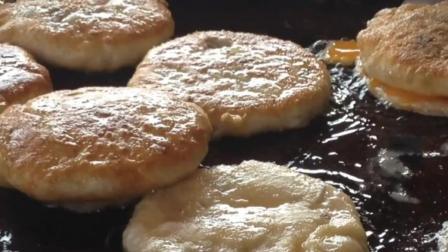 台南街头的网红小吃葱油肉饼, 木衣夹子编号排队拿饼子
