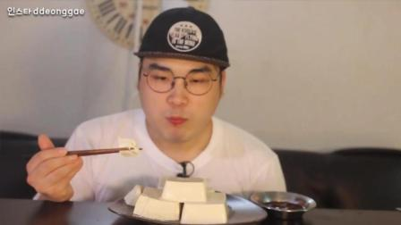 韩国吃播: 大胃王豪放派donkey弟弟吃4大块豆腐布丁, 喝袋装果汁